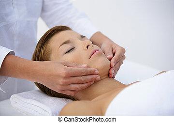 mulher, tendo, massagem, rosto