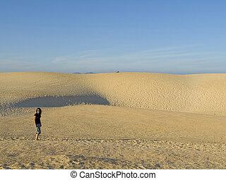 mulher, tendo, um, caminhada dentro, a, dunas
