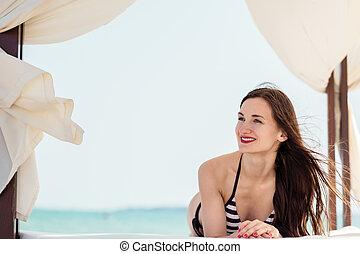 mulher, tendo, um, grande tempo, ligado, a, oceânicos, praia