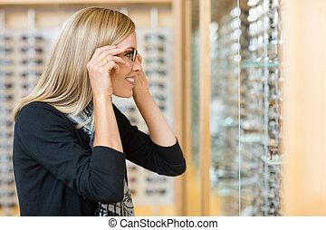 mulher, tentar, óculos, em, loja