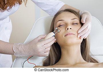 mulher, terapeuta, tratamento, facial, tendo, estimular