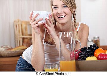 mulher, tigela, jovem, fruta
