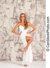 mulher, tiro, jovem, longo, moda alta, loura, vestido branco