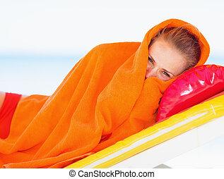 mulher, toalha, chaise-lounge, deitando, jovem, embrulhado