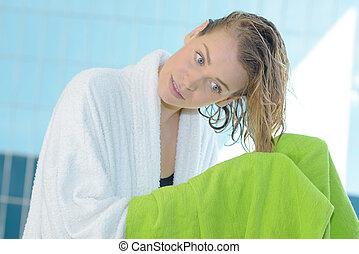 mulher, toalha, dela, secar, jovem, cabelo, bonito