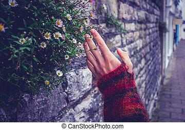 mulher, tocar, um, antigas, parede pedra