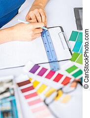 mulher, trabalhando, com, amostras cor, para, seleção