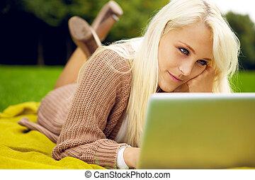 mulher, trabalhando, dela, parque, jovem, caderno