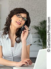 mulher, trabalhando, laptop, telefone, falando, enquanto
