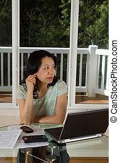 mulher, trabalhando, pensando, enquanto, maduras, lar