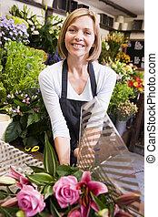 mulher, trabalhar, loja flor, sorrindo