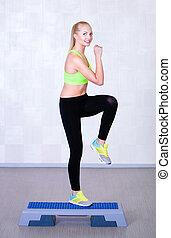 mulher, treinamento aeróbico, passo, exercício aptidão