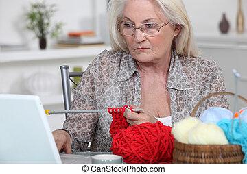 mulher, tricotando, idoso