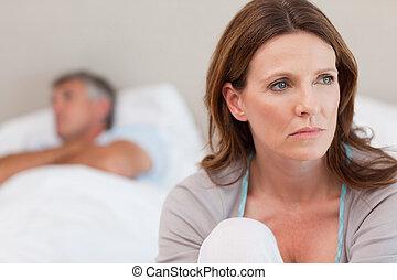 mulher triste, cama, com, dela, marido, em, a, fundo