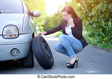 mulher triste, chamando, assistência, serviço, após, inesperado, veículo, colapso