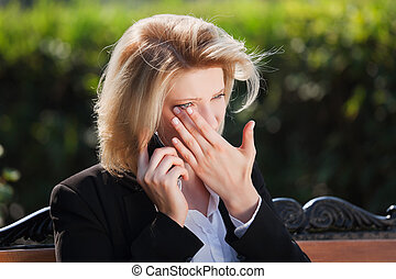 mulher triste, chamando, telefone