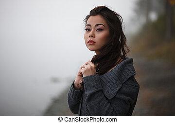 mulher triste, movie-styled, ao ar livre