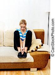 mulher, triste, sofá, sentando