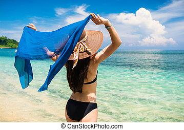 mulher, turista, em, praia tropical, férias