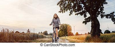 mulher, uma bicicleta, tendo divertimento, em, paisagem rural
