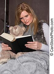 mulher, urso, lê, livro, atraente, braço