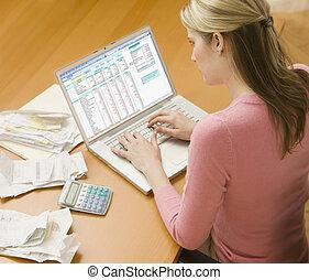 mulher usa computador portátil, para, finanças