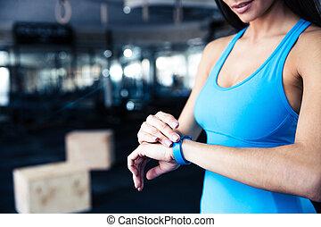 mulher, usando, atividade, tracker