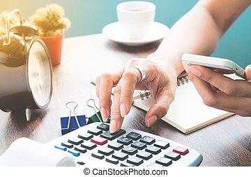 mulher, usando, calculadora, e, verifies, móvel, operação bancária, ligado, smartphone