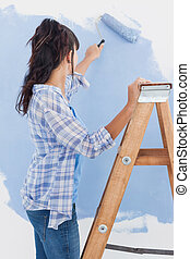 mulher, usando, pintar rolo, pintar, parede, azul