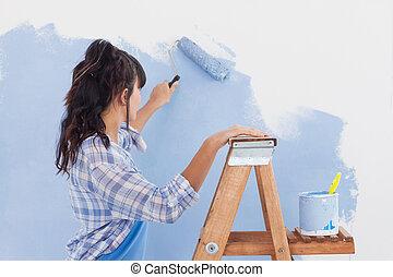 mulher, usando, pintar rolo, pintar, parede