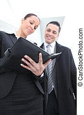 mulher, usando, um, organizador pessoal