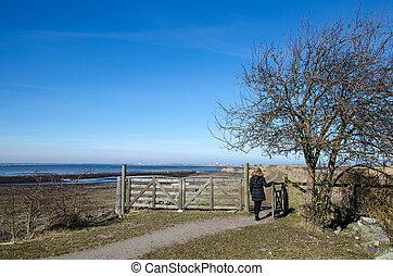 mulher, vai, através, um, fazenda, portão