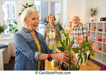 mulher, vaso, alegre, tocar, flores, feliz