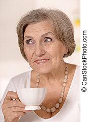 mulher velha, chá bebendo