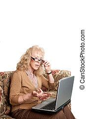 mulher velha, estudar, finanças, ligado, um, computador