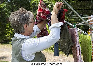 mulher velha, lavanderia, penduradas
