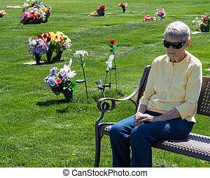 mulher velha, ligado, banco, em, cemitério