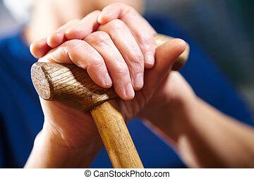 mulher velha, mãos, com, cana