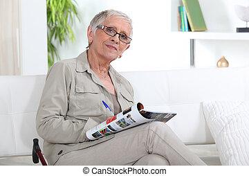 mulher velha, sofá