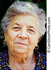 mulher velha sorri