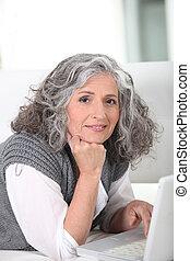 mulher velha, surfando, internet