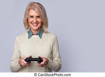 mulher velha, tocando, jogo computador