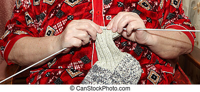 mulher velha, tricotando, roupas