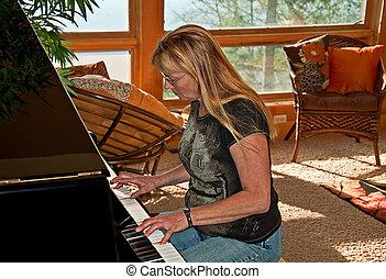 mulher, velho, sunlit, lar, jogar piano