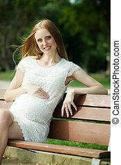 mulher, verão, sentando, parque, gravidez