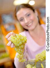 mulher, verde, segurando, uvas, grupo