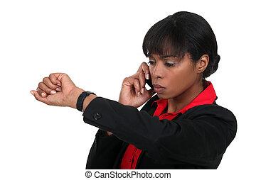 mulher, verificando relógio