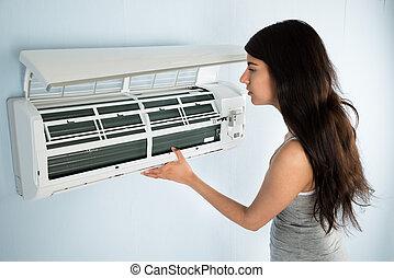 mulher, verificar, condicionador ar