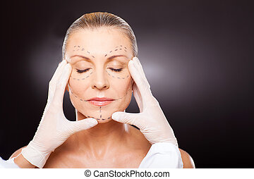 mulher, verificar, envelhecido, plástico, meio, cirurgião, rosto