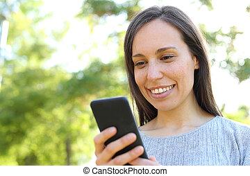 mulher, verificar, parque, mensagem telefone, esperto, feliz